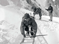 Crossing a crevasse in the Himalayas during the assault on Mt Everest by Sir Edmund Hillary and Tenzing Norgay in 1953. Photographer Alfred Gregory. (Source: Alfred Gregory: Photographs from Everest to Africa. Penguin Books, 2008, ISBN 978-1-920-98961-3)