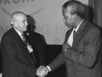 Nelson Mandela shakes hands with his predecessor Frederik de Klerk and at Davos, January 1992 (Source: Wikimedia Commons)
