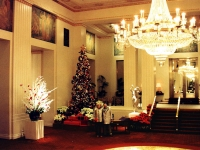 Park Avenue foyer of the Waldorf-Astoria Hotel, New York City, on Christmas Day, 1987 (Source: Wikimedia Commons)