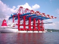 Five gantry cranes, built at ZPMC, destined for Hamburg, on the vessel Zhen Hua 20, 2007 (Source: Wikimedia Commons)