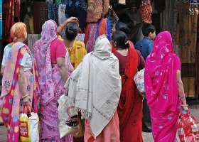 Shoppers in Pushkar Fair, Rajasthan, 2007 (Source: Wikimedia Commons).