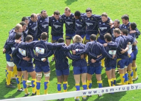 Players from Clermont Auvergne 2010 Rugby union team in a huddle (Source: Wikimedia Commons)