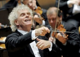Sir Simon Rattle conducting the Berlin Philharmonic Orchestra in Das Rheingold by Richard Wagner, 2006 (Source Wikimedia)